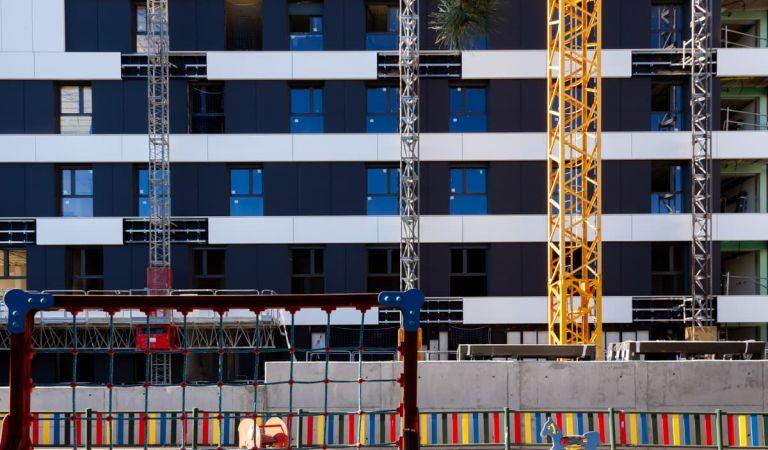 Avance pisos nuevos Las Rejas, ante parque infantil